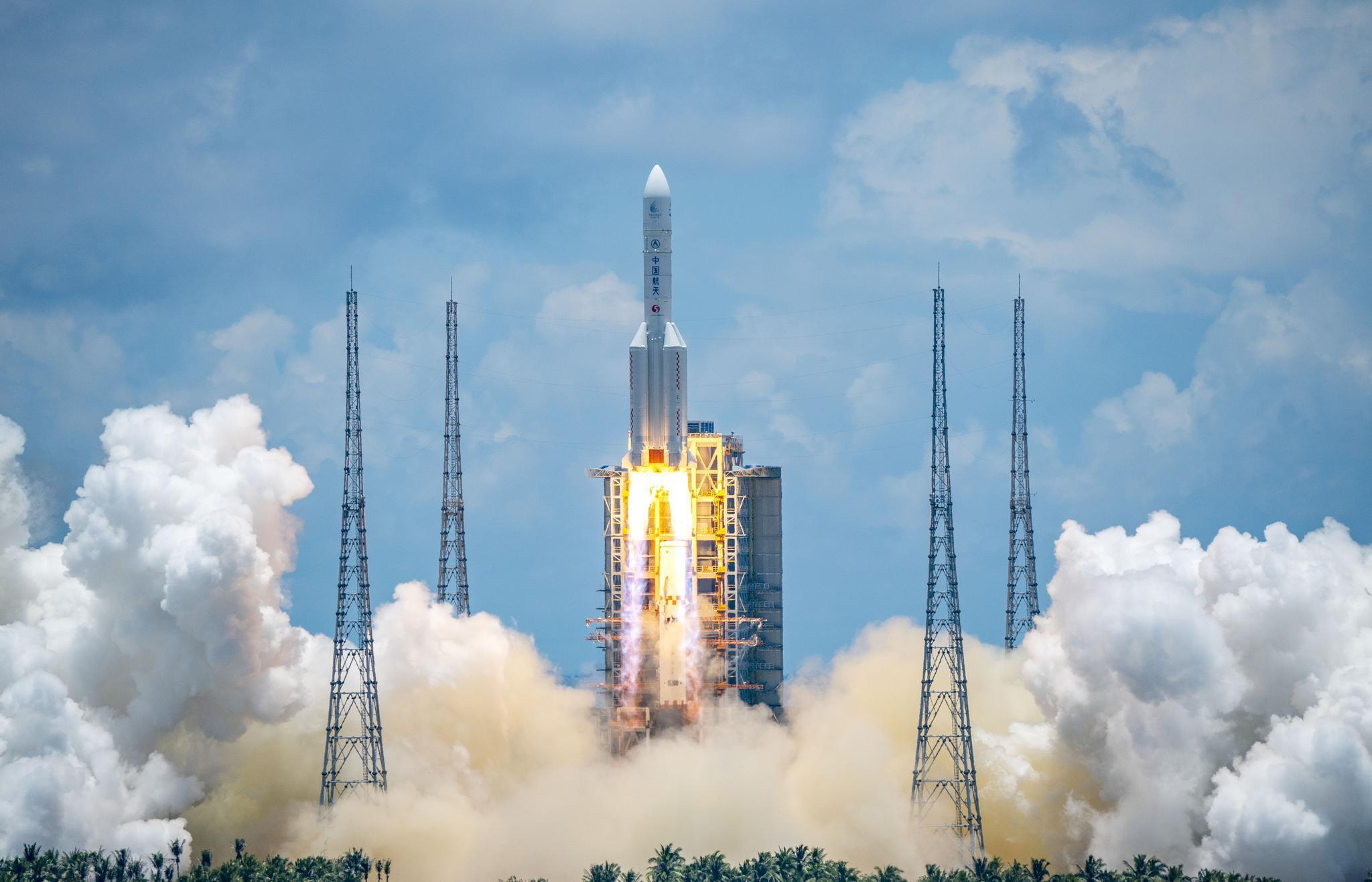 """2020年7月23日,长征五号遥四运载火箭将我国首次火星探测任务""""天问一号""""探测器成功发射升空并送入预定轨道。中国每年的氦气使用量超4300吨,其中就包括了用于泵送火箭燃料。图自新华社"""